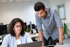 Une équipe commerciale répond aux demandes de digitalisationdans les plus bref délais