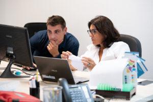 Une équipe support est présente pour répondre aux questions des clients et des salariés